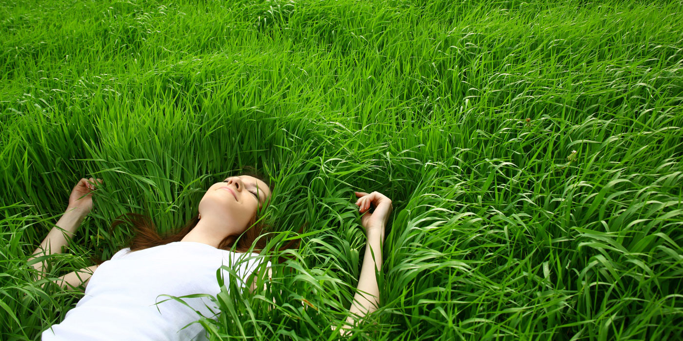 Femme zen allongée dans l'herbe